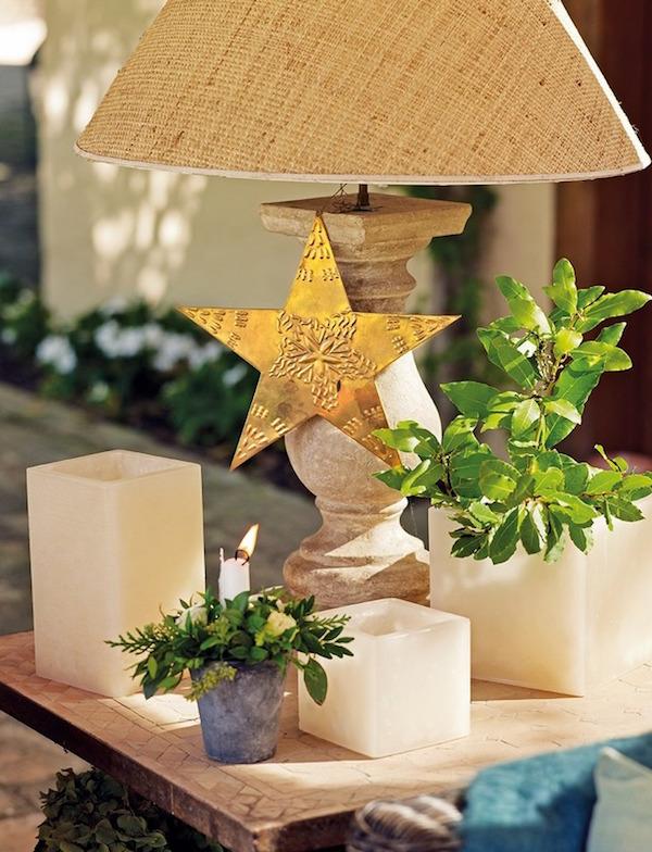 lámpara con detalles navideños, estrella dorada, flor natural y velas