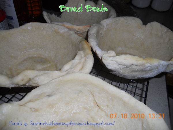 Bread Bowls // These easy edible bowls will make your soup night memorable to everyone! #recipe #bread