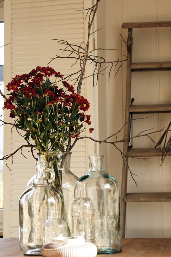 Blog + Fotografie by it's me! - dunkelrote Chrysanthemen, weißer Fensterladen, Glasflaschen, alte Leiter