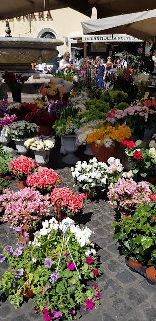 Campo Fiori, Campo d Fiori, mercado, market, Lifestyle, Roma, Italia, Italy, history, blog de viajes, travel blog, travel, Elisa N, Argentina, flores, frutas, verduras, ropa