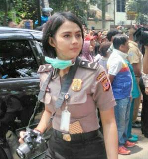 Polwan Cantik Bripda Ismi Aisyah Curi Perhatian di Lokasi Ledakan Bom di Bandung
