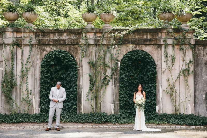 bride and groom at the swan house in atlanta