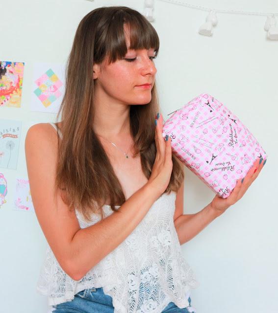 Magiiical Kitty qui porte la première box de Ma Petite Corée, contenue dans une trousse rose Rillakuma.
