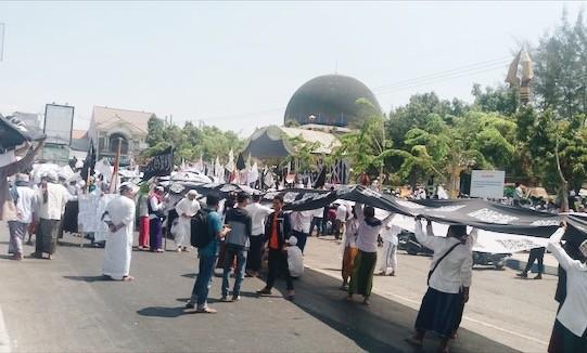 Ratusan Massa Turun Jalan Bela Kalimat Tauhid di Sampang