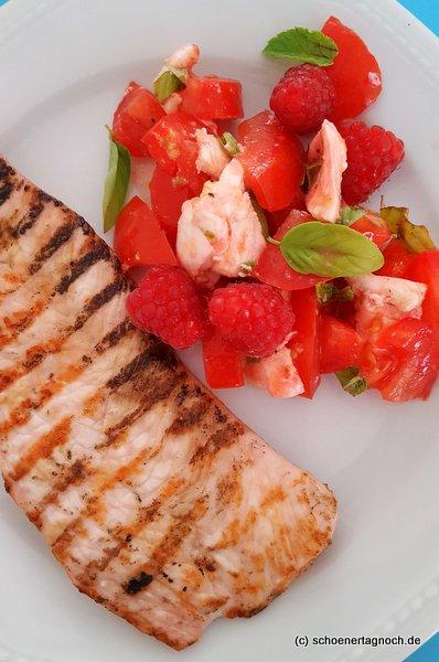 Gegrilltes Putensteak mit Tomatensalat mit Mozzarella und Himbeeren