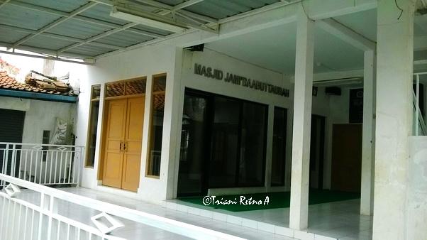 Masjid dekat lokasi Gramedia Big Sale Jalan Caringin