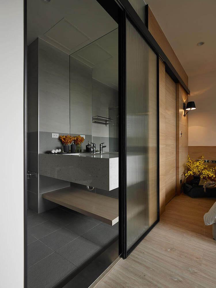 Baño pequeño con puerta corredera