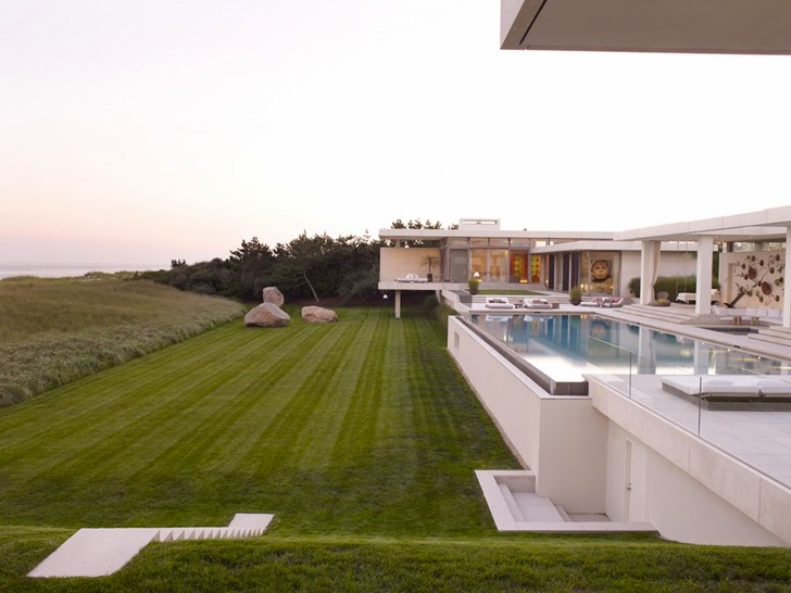 Backyard of Modern Mansion in Southampton by Sawyer and Berson