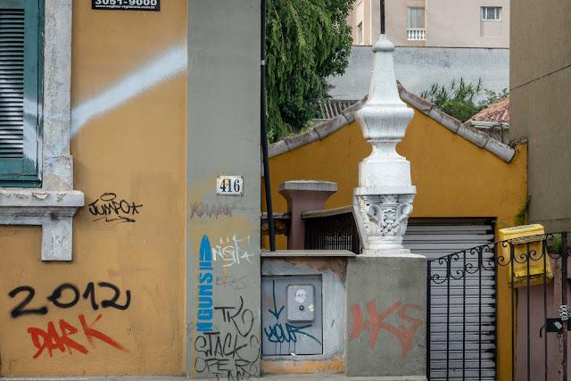 casa na Rua Inácio Lustosa 416 - detalhe de urna junto ao portão