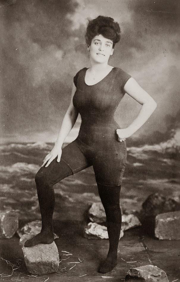 d7000cca678 Annette Kellerman promocionando un vestido de baño ajustado y de una pieza.  Fue arrestada por indecencia. 1907.(para mí