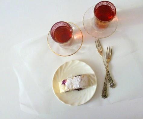 rotolo di meringa farcito con yogurt e confettura di mirtilli