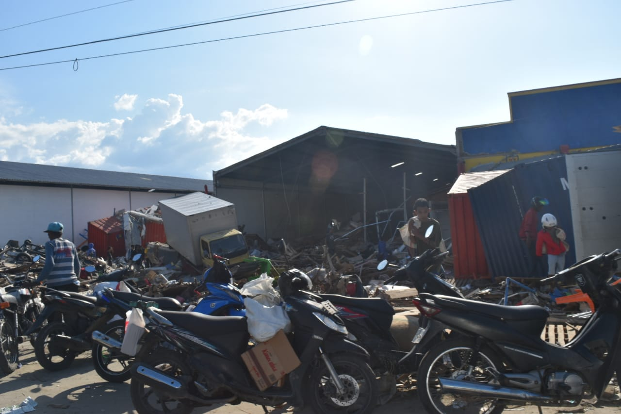 Korban Gempa Palu Mengais Reruntuhan: Kami Lapar, Butuh Makan!
