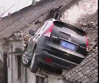 شاهد هاد الحادت لن تصدق  كيف علقت السيارة