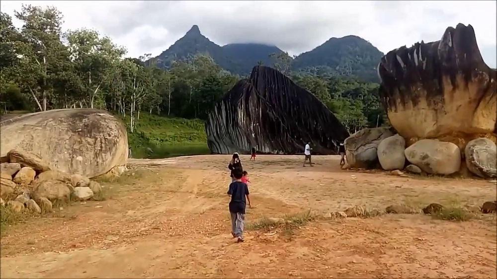 Wisata Batu Belimbing yang Unik dan Gratis di Singkawang Timur