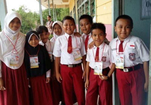 Siswa SD Berseragam Rapih
