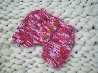 calça curta tricotada com fio industrial com vários tons de rosas e lilases