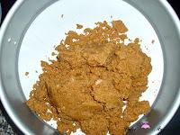 Añadiendo las galletas al molde