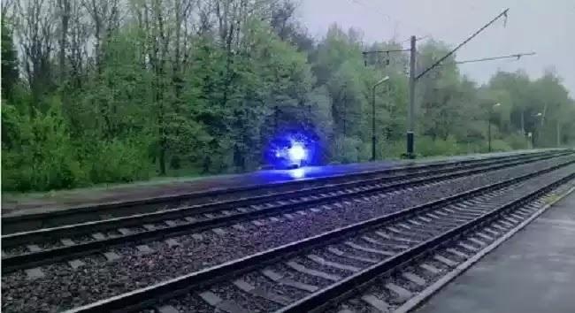 Παράξενο σφαιρικό αντικείμενο διασχίζει σιδηροδρομικές γραμμές (video)