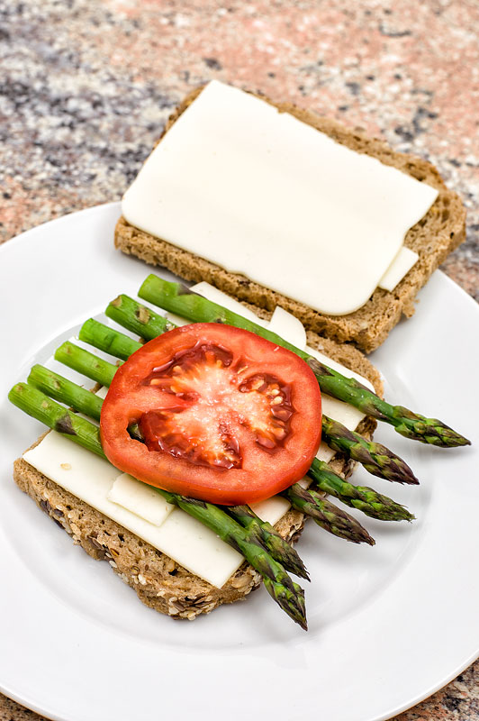 Vegan hot asparagus sandwich pred pečenjem