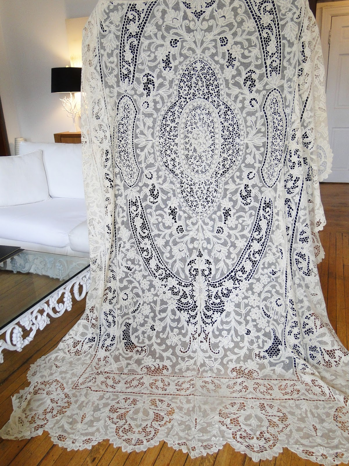 LOVELY AND ORNATE ITALIAN NEEDLE AND BOBBIN LACE TABLECLOTH. Quite A Grand  Design On This Lovely Large Ornate Tablecloth Measuring Apprx.