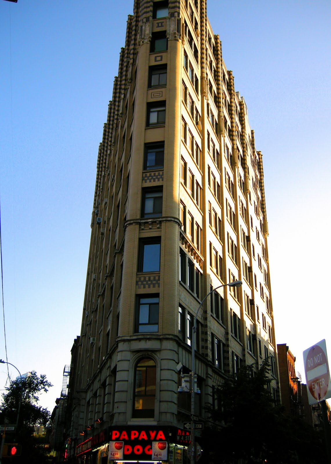 missbinnyc: Triangle shaped building