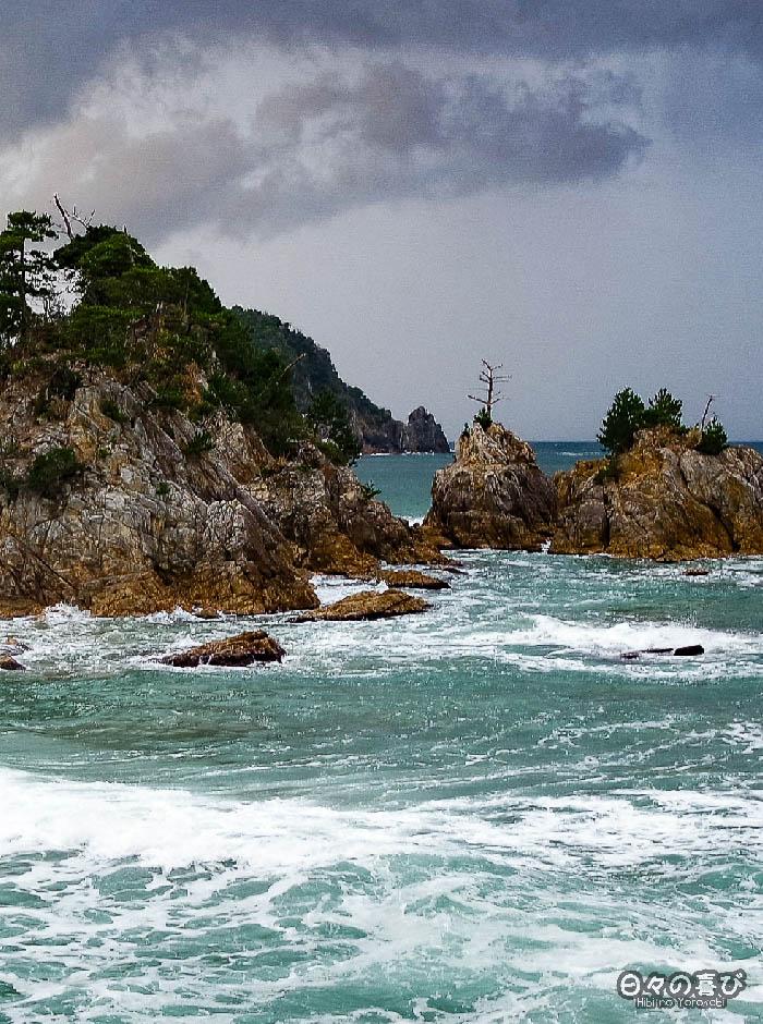 Les rochers de la côte de Uradome au loin