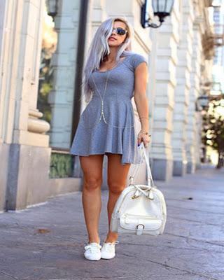vestido gris con tenis blancos