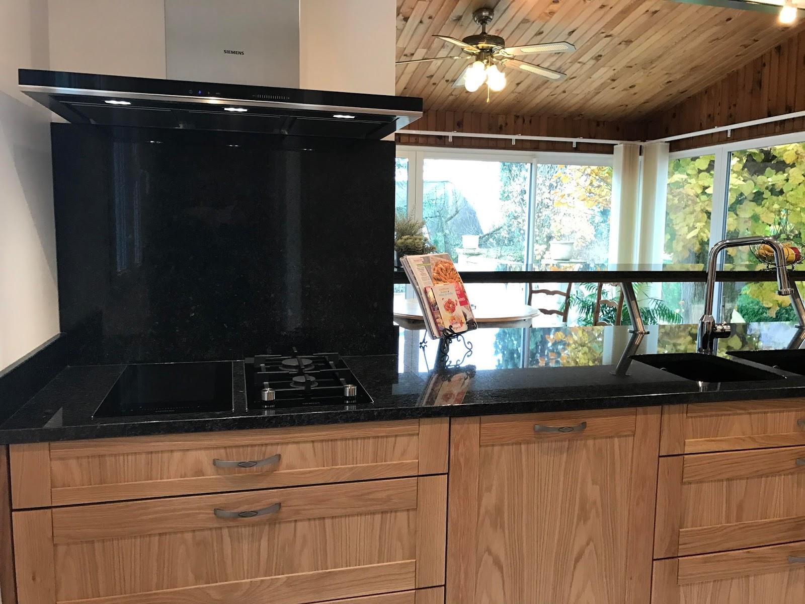 art thisan votre int rieur nous tient coeur cuisine ch ne naturel et plan de travail granit. Black Bedroom Furniture Sets. Home Design Ideas
