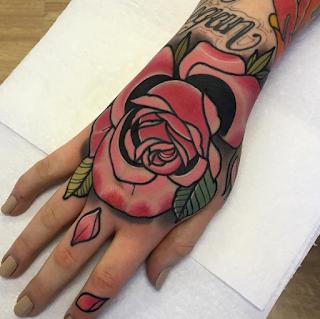 gambar tato mawar merah ditangan