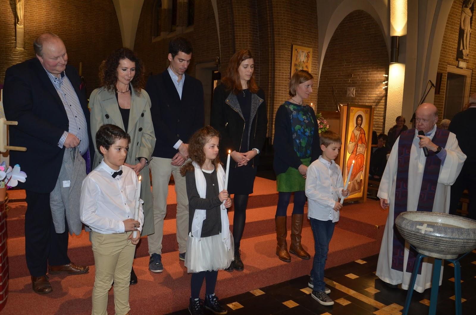 548fc169554a ... et leurs familles au début de la célébration) leur a remis le vêtement  blanc et Elisabeth Taymans leur cierge de baptême allumé au cierge pascal.