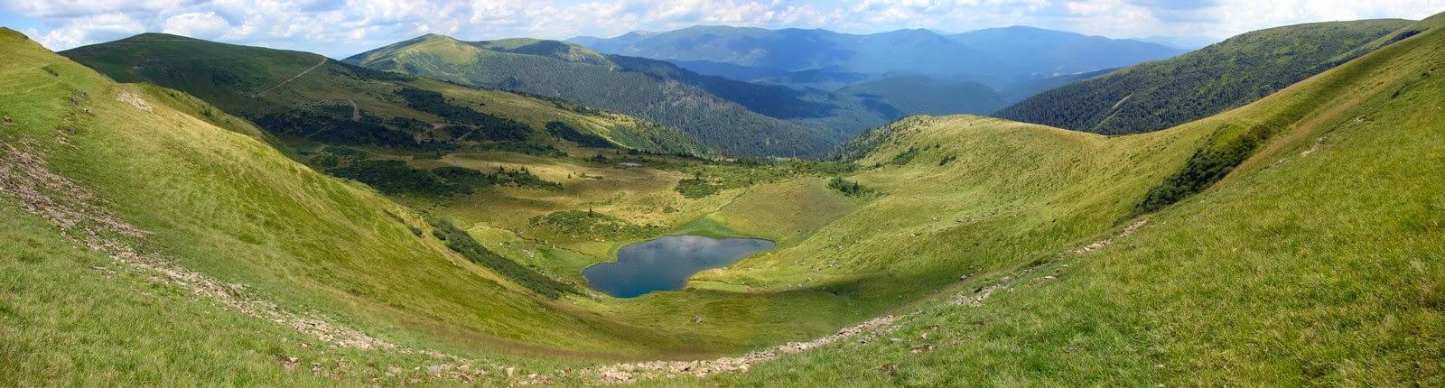 Панорама гор вокруг озера Апшинец
