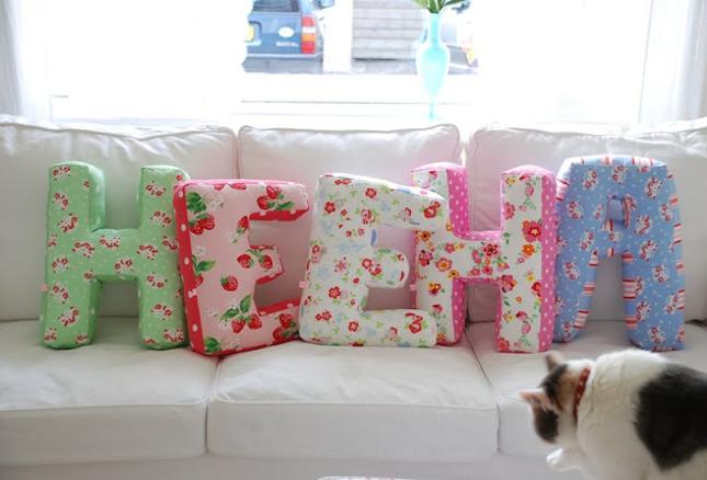 decorar-com-almofada-em-forma-de-letra-2