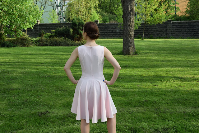 skromna elegancka sukienka na wesele