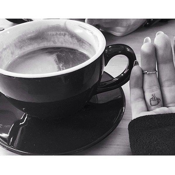tatuajes pequeños para hombres en la mano