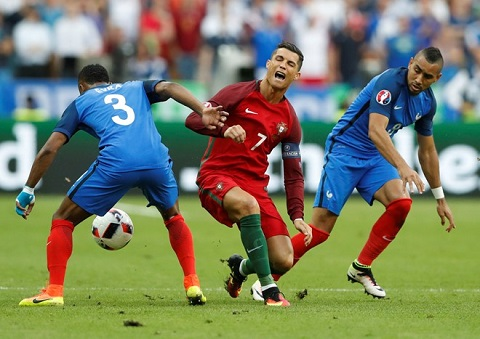 Chân phải của Dimitri Payet húc cực mạnh vào đầu gối của Ronaldo