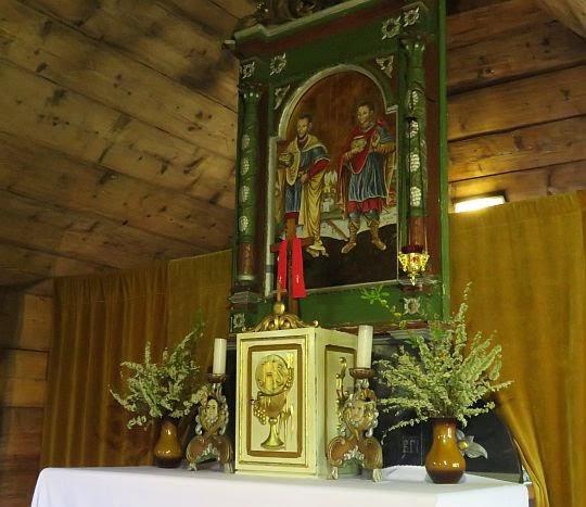 Ołtarz rzymskokatolicki w prezbiterium.