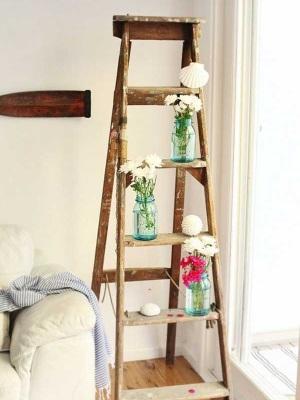 4. Tangga kayu untuk memajang bunga