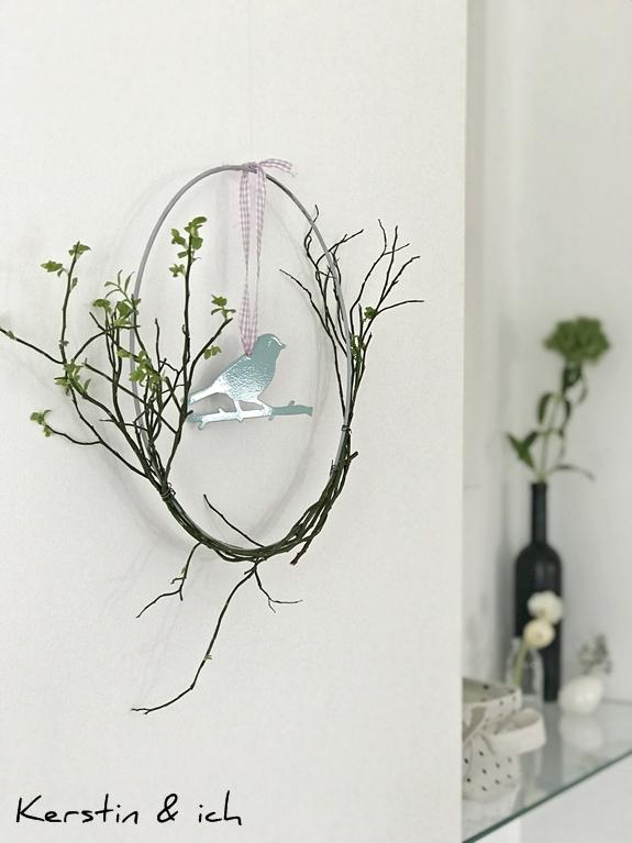 Frühlingsdeko selbstgemacht mit Metallring und Zweigen