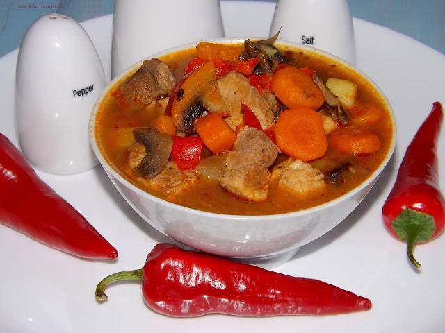 Zupa gulaszowa na bogato z przyprawami Plenus.