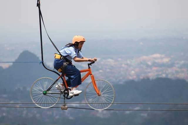 ZIP Bike Bukan ZIB BIKE : Sepeda Gantung Kabel