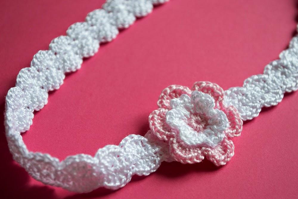 Diadema de ganchillo con flor rosa