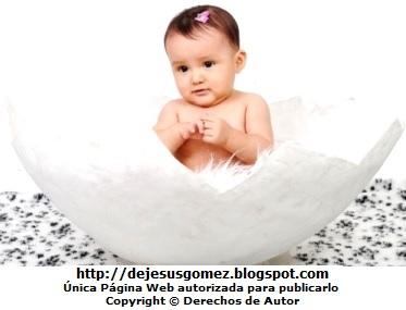 Foto de linda bebé mujer posando en el cascarón de un huevo en sesión de foto. Foto de una bebé de Jesus Gómez