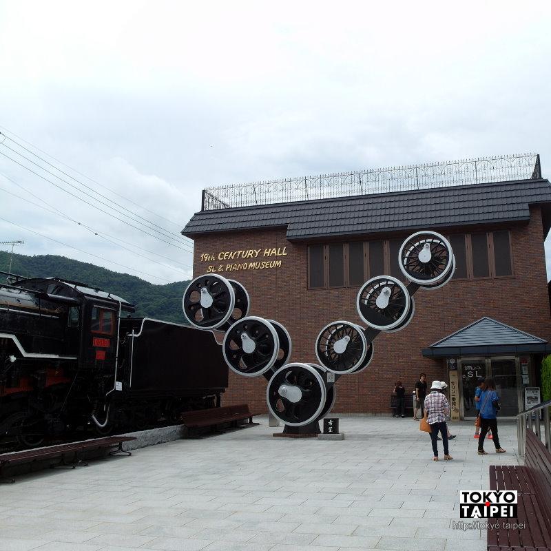 【19世紀廳】搭嵐山小火車前 逛逛展示蒸汽火車和古老鋼琴的博物館