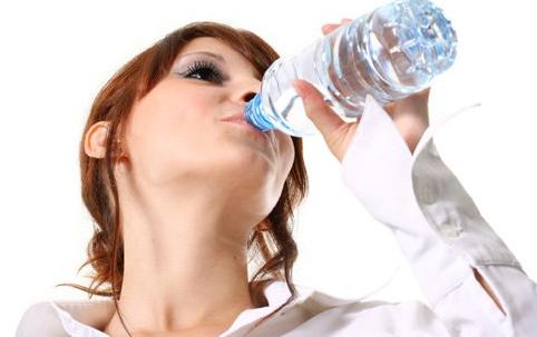 Alasan Mengapa Air Putih Sangat Penting Untuk Anda