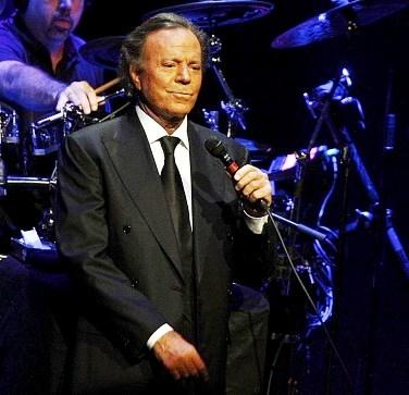 Foto de Julio Iglesias en el escenario