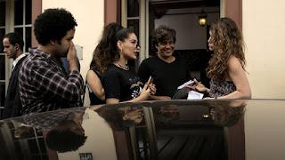 Kéfera ensaia a cena com Alinne Moraes com a orientação do diretor artístico Pedro Vasconcelos
