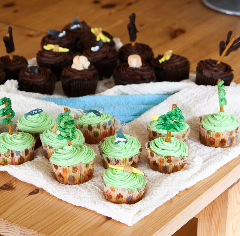Radiant and Dire cupcakes, really cute for a Dota 2 party!
