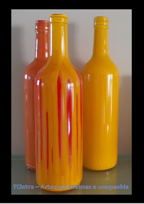 ARTESANATO; DECORAÇÃO; GARRAFAS; RECICLAGEM; pintura em garrafas; arte com garrafas; reutilizando garrafas; lixo é luxo; GARRAFAS COM TINTA ESMALTE