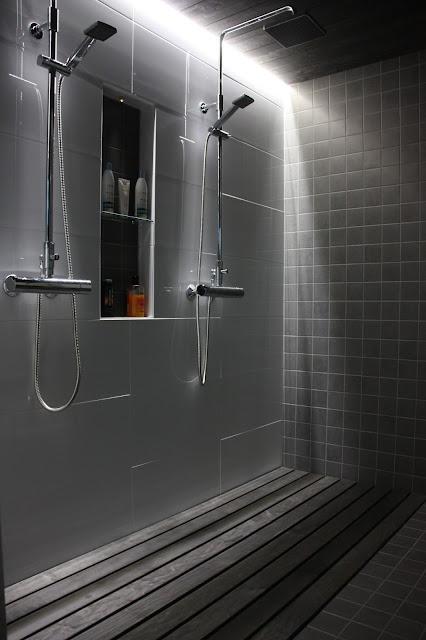 Puuritilä jalkojen alla suihkussa rauhoittaa.