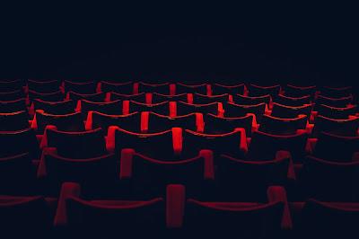 Widownia w teatrze z czerwonymi fotelami